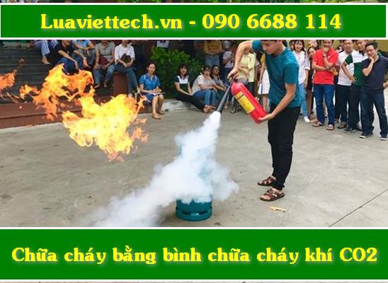 Dùng bình chữa cháy co2 dập tắt đám cháy nhanh hơn